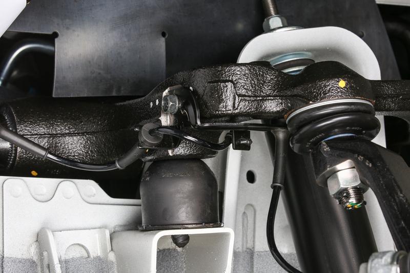 ■純正リバンプストッパー そのまま車高をダウンした場合、トーションバーにかかるテンションが抜けて脱落するおそれも……。