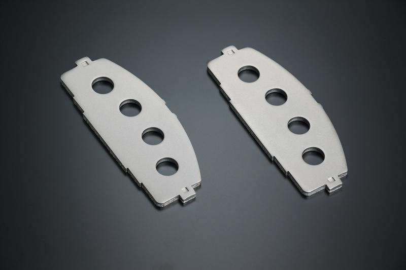キャリパーからの圧力を摩材に伝えるバックプレートには、高い強度と適切な粘りを兼ね備える「強化スチールプレート」を採用。摩材の剥離やノイズ発生の原因となるプレートの歪みを抑え、重大なブレーキトラブルを未然に防ぐ。