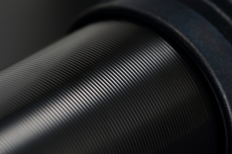 高張力鋼管を薄肉成形した超軽量φ50シリンダー。その表面には、放熱性向上を図るための切削加工が施される。