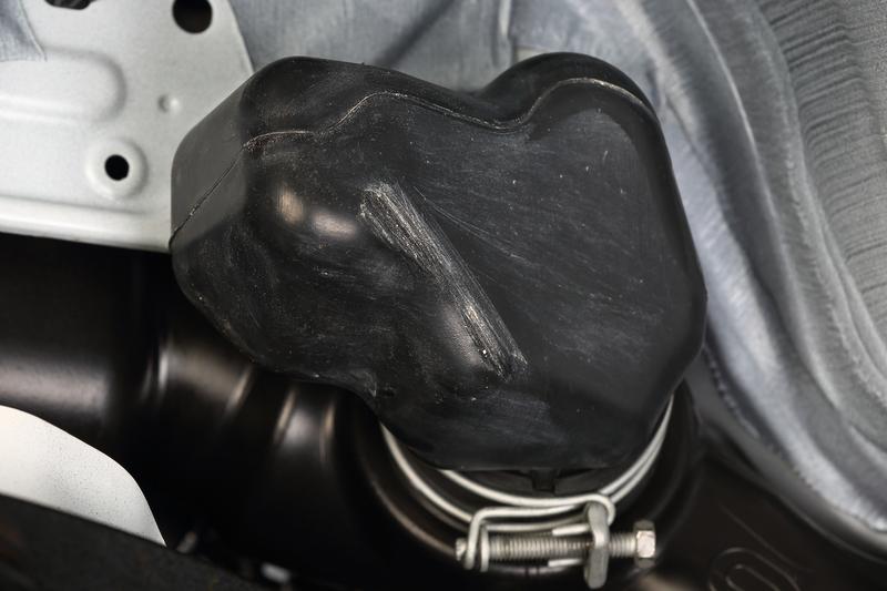 タイヤが擦れて穴が開く寸前のレゾネーター。そのまま放っておけば砂や異物を吸い込み、エンジンに致命的なダメージを与えるおそれも……。