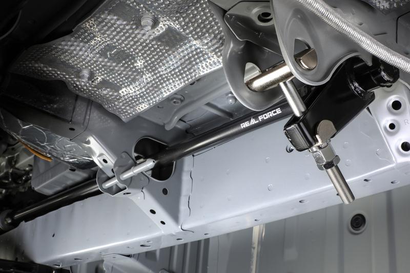 フロントサスペンションの限界を引き上げ、ワンランク上の走りを可能にするトーションバーチューニング。