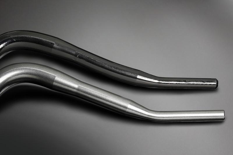 ローダウン車両への対応も考慮し、エンドテーパー部の位置と曲げ角度を最適化。 ※純正スタビライザー(上)との比較。