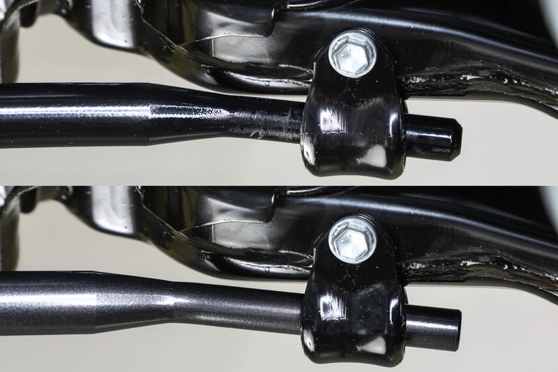 ダウン量にともないスタビライザーと接近する4WD車両のロアアーム。接触すれば擦れて異音の原因に。 ※純正スタビライザー(上)との比較。