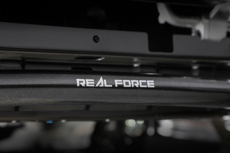 飛び石や融雪剤などによるサビの発生を防ぐ粉体塗装を施す。磁気深傷検査完了後に印字される『REAL FORCE』ロゴは高品質の証。