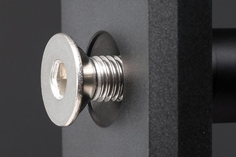 「センタリングアシスト機構」によって、ロングシャックルの弱点とされる左右プレート間の歪みを解消。