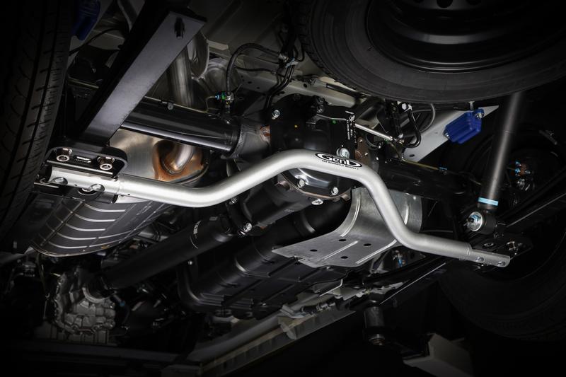 左右のロアブラケットを連結させることでサスペンション剛性を飛躍的に高め、アクスルとリーフスプリングの歪みが原因による不快なロールを抑制。