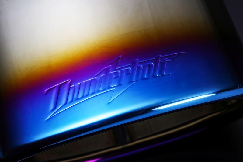 テールエンド上部に刻印された『Thunderbolt』ロゴ。