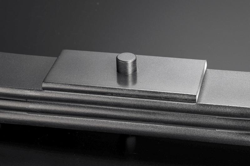 リーフ最上段にアクスルハウジングとの一体感を高める極厚ベースプレートを設置。