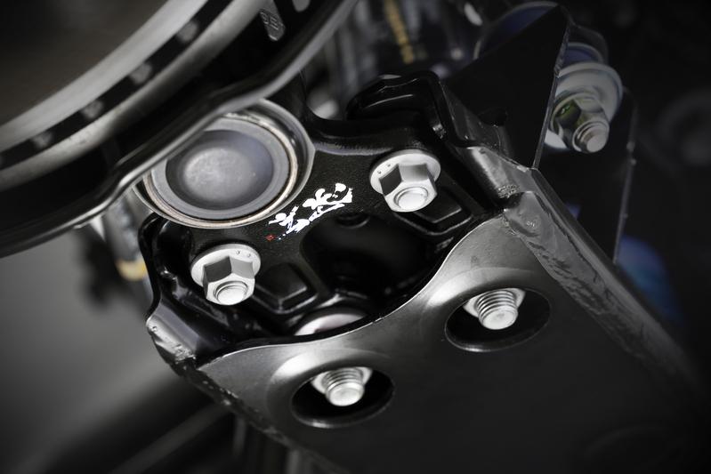 専用設計の大径ボールスタッドを強靭な鍛造プレートに組み込む。