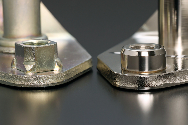 強度が要求されるプレート部には6ミリの極厚鋼板を使用。 ※純正ブラケット(右)との比較。