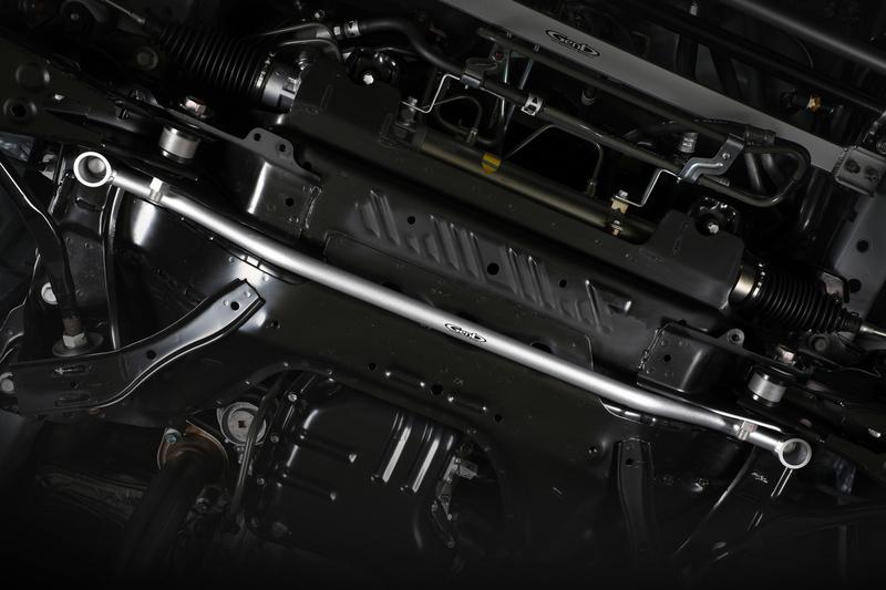 フロントサスペンションの軸となるクロスメンバーを補強し、サスペンションをスムーズに機能させる。
