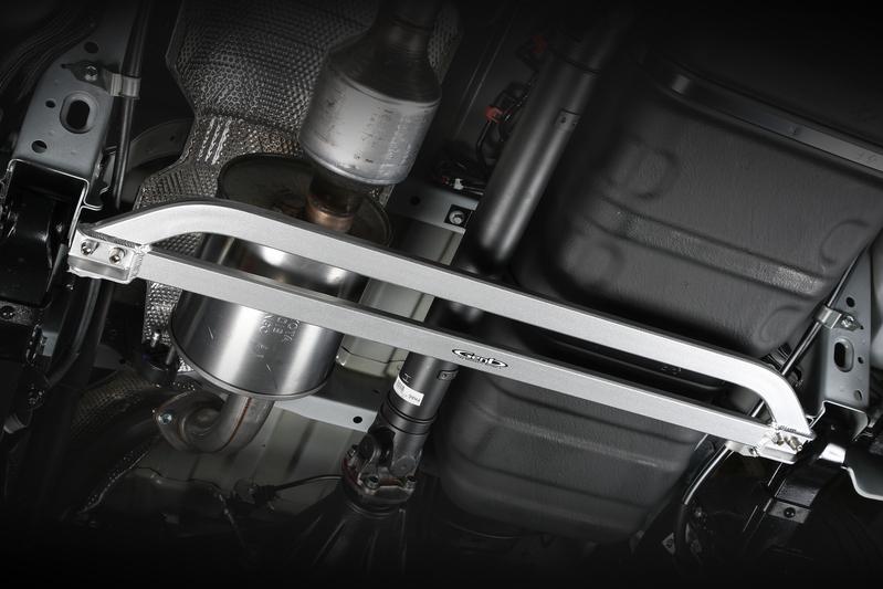 ■フレームサポートブレース [センター] リーフの支点をガッチリサポート。車体後部のねじれを積極的に抑制することで生み出される軽快なフットワーク。