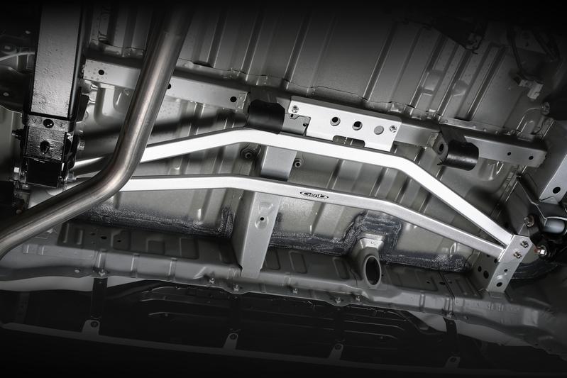 ■フレームサポートブレース [リア] フロア後端部の剛性アップでハンドリングが一変! ボディ重量を感じさせない抜群の回答性を発揮。 ※スペアタイヤ装着可能。
