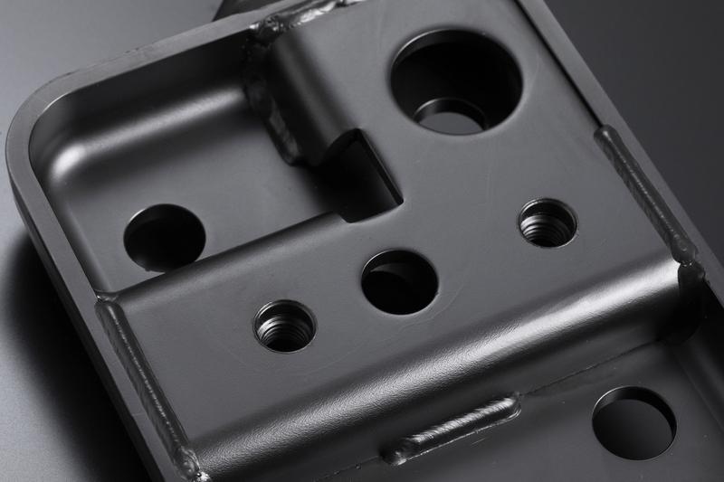 徹底した強度アップを図るため、ブラケット裏側に補強板を溶接。