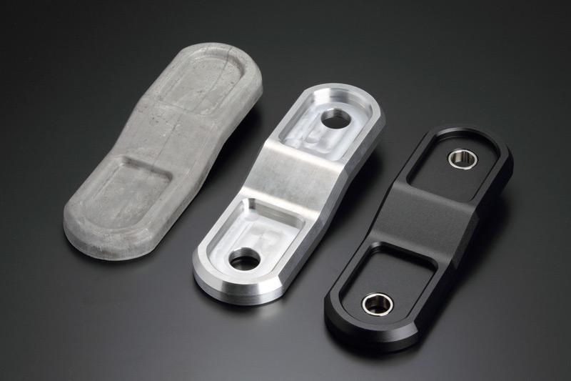鍛造成形 → 熱処理 → CNC加工 → ショットブラスト → アルマイト処理の各工程を経て完成に至る。