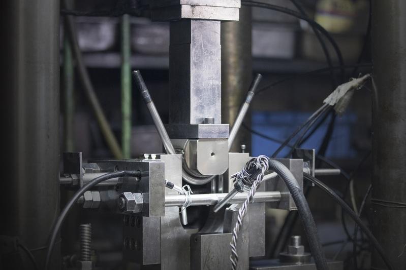 徹底して強度を追求し続けた結果、設計値を超える硬度まで達したS45C焼屯材。通常使用されるベンダー加工機ではなく、高圧プレスによる成形方法を選択。