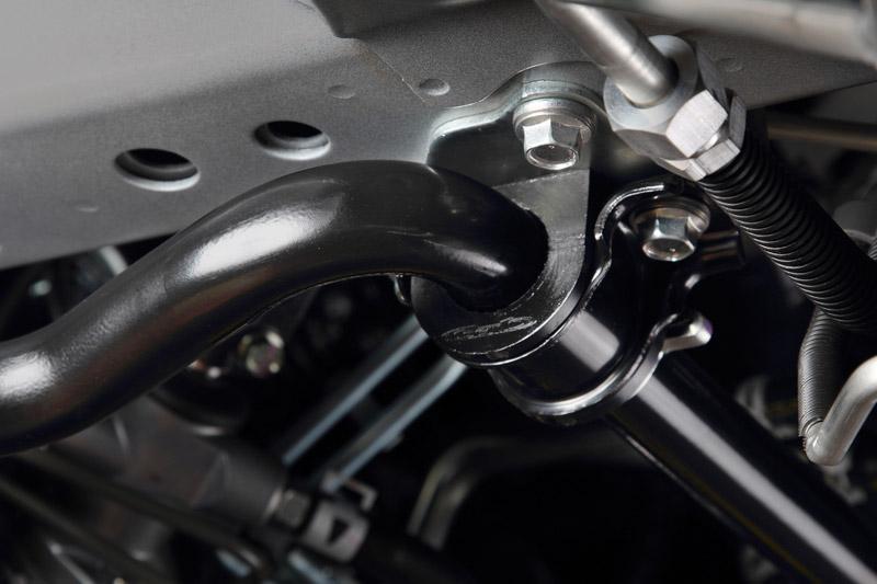 スタビライザーの軸を確実にボディへ固定し、サスペンションからの入力を瞬時にレート変換。