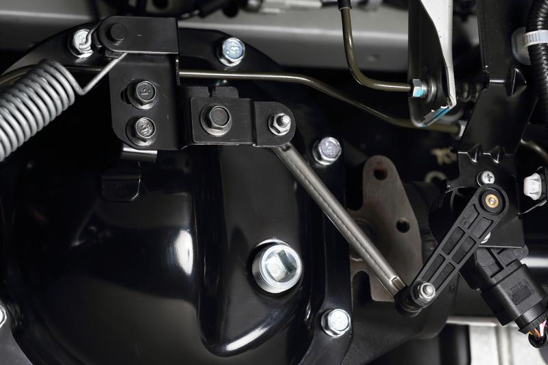 ■純正ブラケット(MC前) ローダウンによってありえない角度まで達したセンサーアーム。センサーはこの状況を荷重による車体後部の沈み込みと判断。