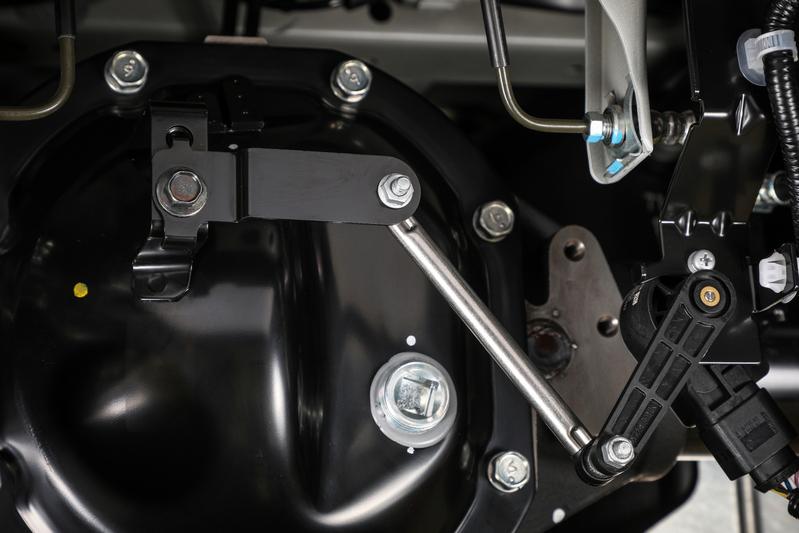 ■純正ブラケット(MC後) ローダウンによってありえない角度まで達したセンサーアーム。センサーはこの状況を荷重による車体後部の沈み込みと判断。