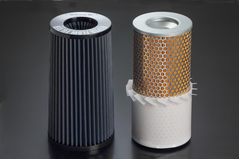 驚くべきことに、吸入面積の1/3以上が防水カバーに覆われている純正フィルター。 ※純正フィルター(右)との比較。