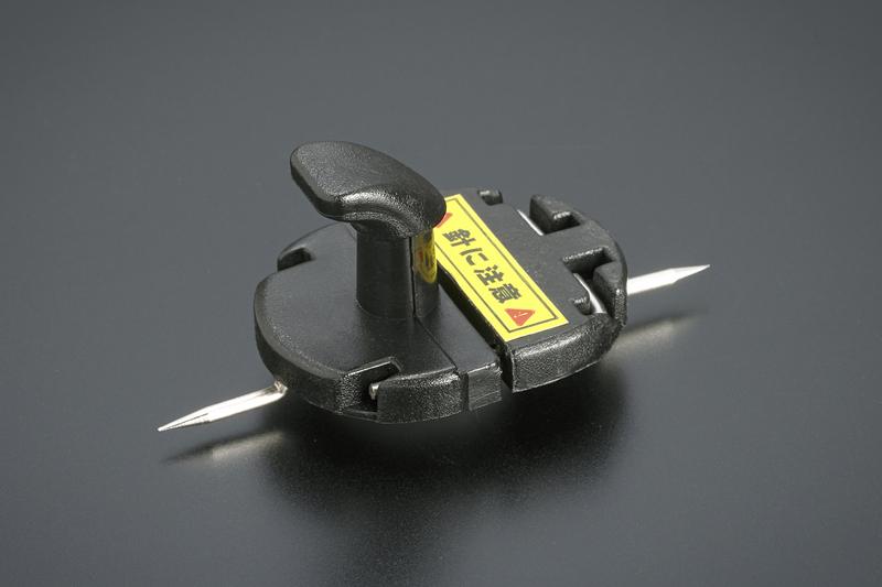 運転席のマットをフロアへ確実に固定する樹脂製フックを付属。