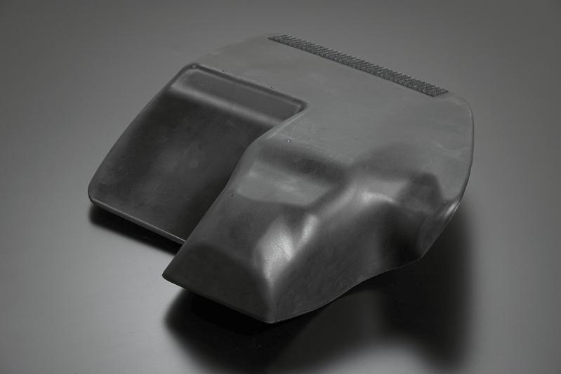 複雑な凹凸がフロアに隙間なくフィットする接合面。踏みつけてもビクともしない剛性感は、いかなる状況下でも安心して体を預けられる。