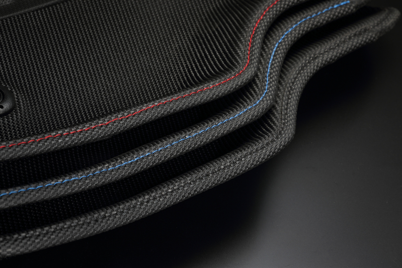 Red/Blue/Blackの3色から選択できるステッチは車内のアクセントに最適。