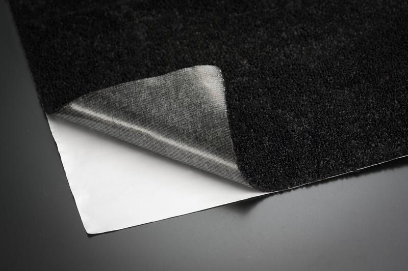 ビニール系フロア車両のズレ防止に効果抜群! カットして貼り付けるタイプの「滑り止めシート」を付属。