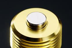 4,000ガウス(0.4テスラ)以上の強力な磁力を発生する、シールドタイプのマグネットを採用。