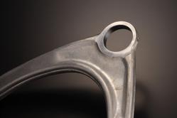 純正アームをベースに高精度の切削加工を施す。