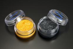 """右:高級グリースの代名詞「二硫化モリブデン」配合のグリース。 左:その性能を遥かに凌ぐ「有機モリブデン」配合の""""ハイパフォーマンスグリース""""。"""