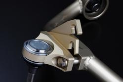 キャンバー角調整方法は、レーシングカーと同じ「プレート方式」を採用。